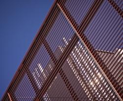 Les lames horizontales de la façade